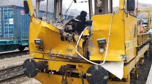Sivasta iş makinesiyle mobil araç çarpıştı: 1 ölü, 7 yaralı