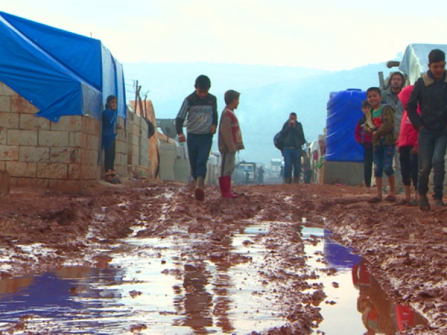 Rejim saldırılarından kaçtılar, çadırlarda yaşam mücadelesi veriyorlar