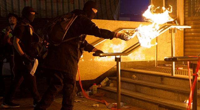 Hong Kongda devlet binaları ateşe verildi