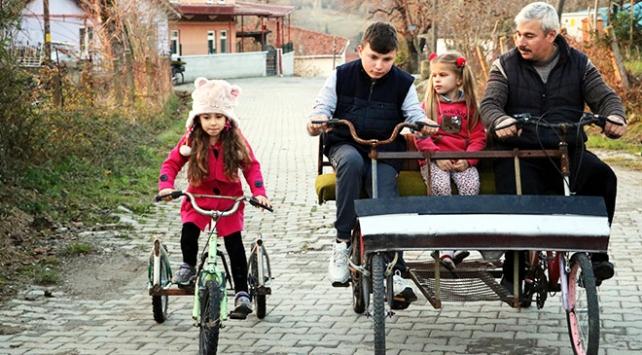 İmam camiye gelen çocuklar için farklı bisikletler tasarlıyor
