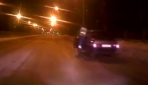 Trafik polisi, kaçan sürücüyü araca binerek durdurdu