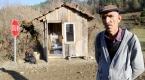 Çocuklar üşümesin diye kulübe yapılan köyün çamurlu yolları kumlanıyor