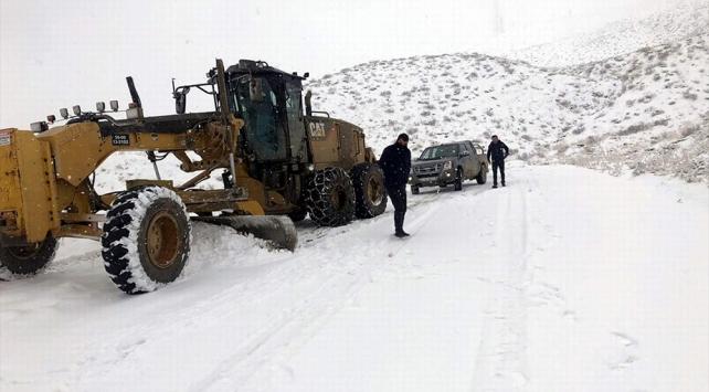 Siirtte kar yağışıyla kapanan köy yolları ulaşıma açılmaya çalışılıyor