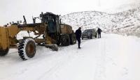 Siirt'te kar yağışıyla kapanan köy yolları ulaşıma açılmaya çalışılıyor