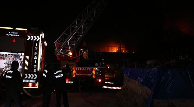 Kayseride yatak üretimi yapan fabrikada yangın