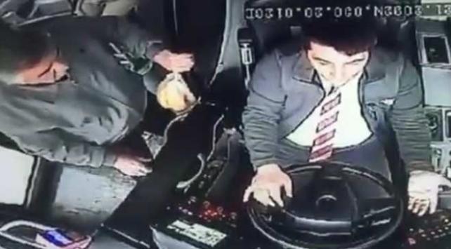 Hareket halindeki otobüs şoförüne saldırı anı kamerada