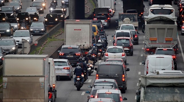Fransadaki grevin 7. gününde Pariste 460 kmlik araç kuyruğu oluştu
