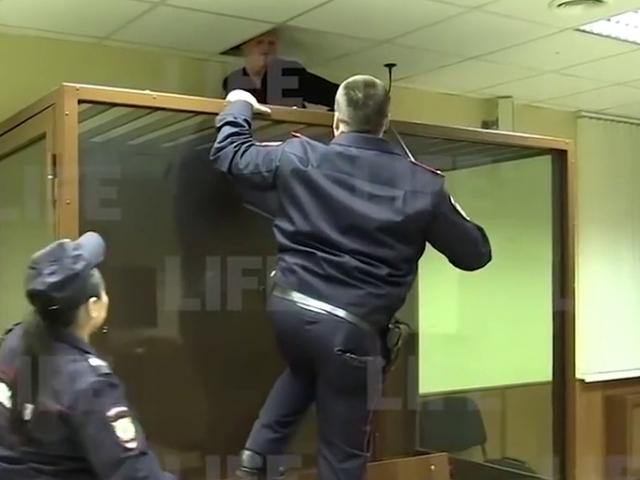 Rusya'da mahkeme salonundan kaçma girişimi kamerada