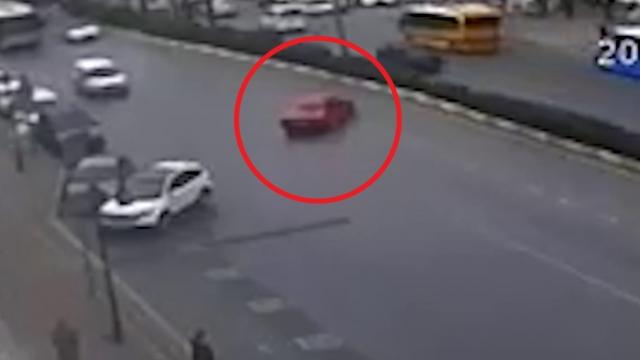 Mersin'de yol ortasında drift yapan sürücü kamerada