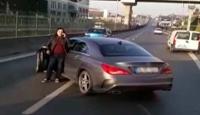 Kendisini sıkıştırdığı iddiasıyla otobüsün önünü kesti, yolu trafiğe kapattı