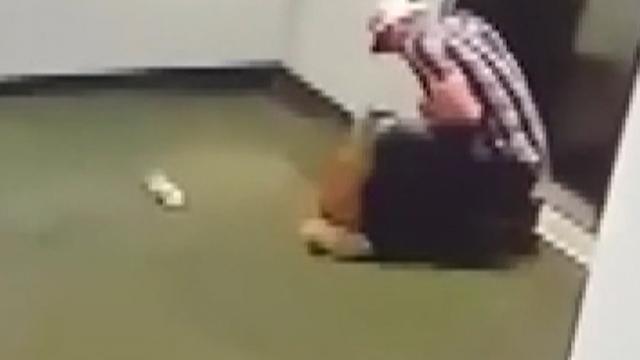 Tasması asansör kapısına sıkışan köpeği böyle kurtardı