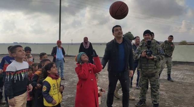 Barış Pınarı Harekatı bölgesindeki çocukların yüzü gülüyor