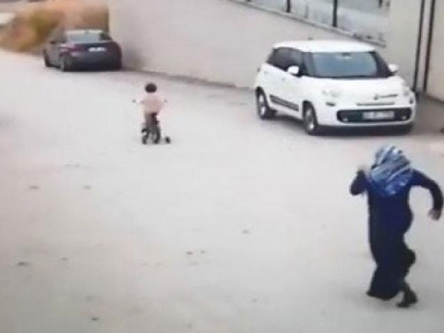 Yokuş aşağı bisikletle giden kızın hayatını servis şoförü kurtardı