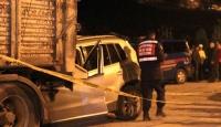 Otomobil, park halindeki tırın altına girdi: 1 ölü