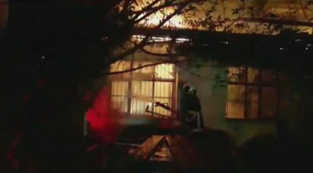 Adana'da çıkan yangında müstakil ev küle döndü