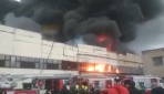 Rusyada alışveriş merkezlerinin bulunduğu caddede korkutan yangın