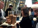 NATO Genel Sekreteri Stoltenberg çalışanlara yemek servis etti