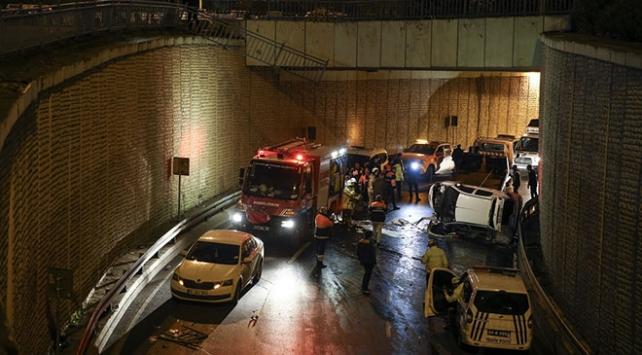 İstanbulda otomobil alt geçide düştü: 1 yaralı