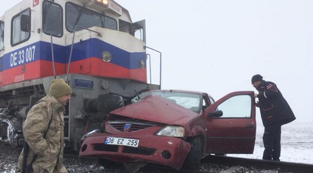 Karsta yük treni otomobile çarptı: 3 ölü