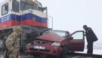 Kars'ta yük treni otomobile çarptı: 3 ölü