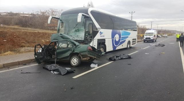 Kırşehirde yolcu otobüsü ile otomobil çarpıştı: 3 ölü, 1 yaralı