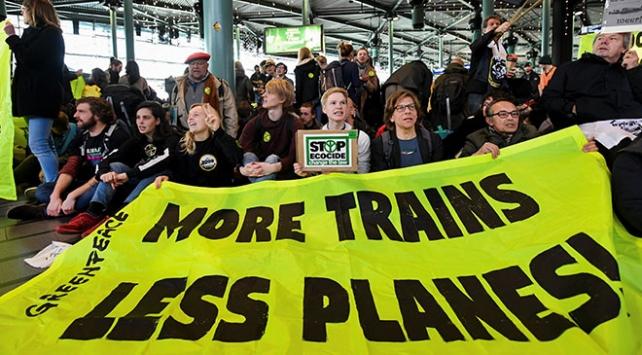 Hollandada iklim protestocuları havaalanını işgal etti