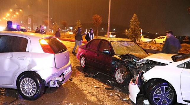 Otomobil, kaza sonrası toplanan kalabalığa çarptı: 8 yaralı
