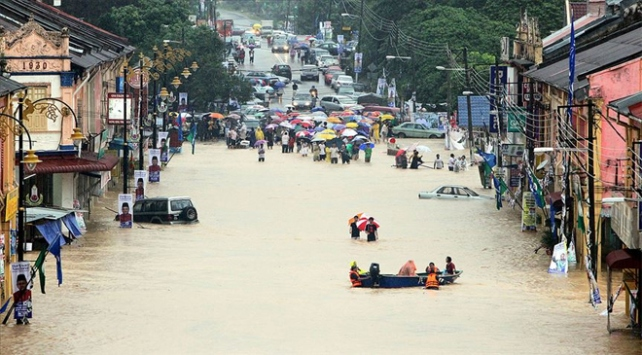 Malezyada sel yaklaşık 4 bin kişiyi yerinden etti