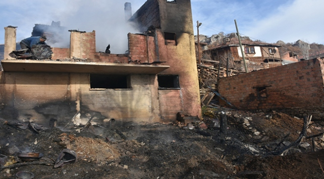 Sinopta köyde çıkan yangında 2 ev kullanılamaz hale geldi