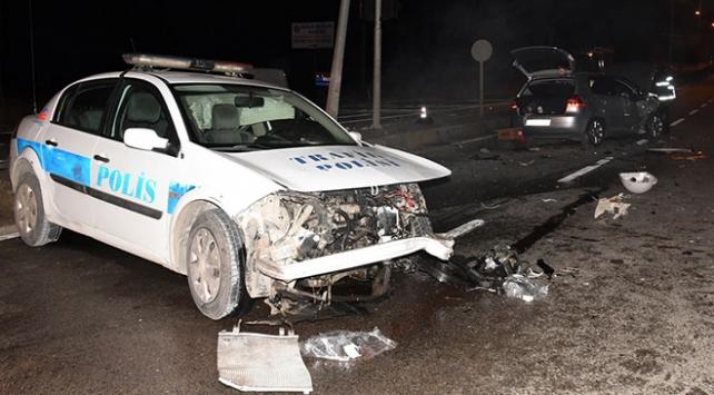 Kırıkkalede polis aracı ile otomobil çarpıştı: 2si polis 3 yaralı