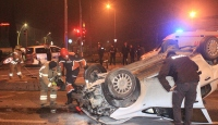 Şüphelileri kovalayan polis aracına bir başka araç çarptı