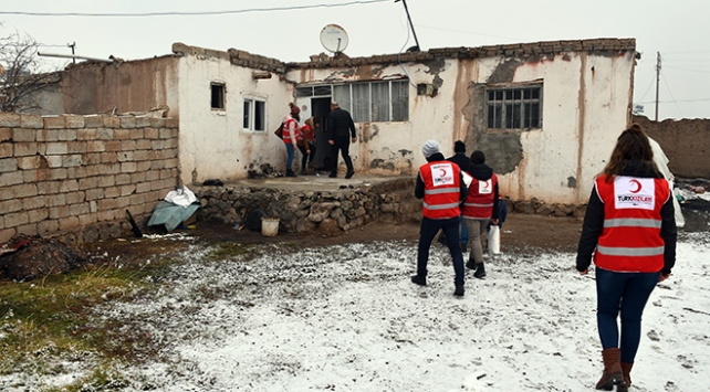 Ağrıda ihtiyaç sahipleri Türk Kızılay yardımlarıyla ısınıyor