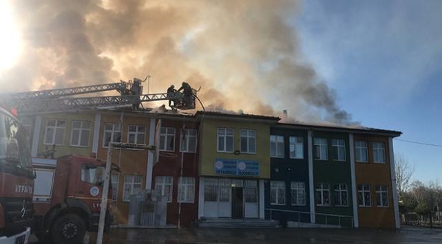 Sakaryada okulda çıkan yangın söndürülmeye çalışılıyor