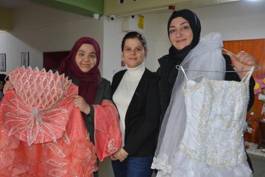 Anneler ihtiyaç sahibi genç kızlar için gelinliklerini bağışladı