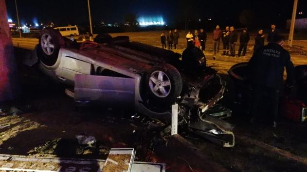 Köprünün beton blokuna çarpan otomobildeki 3 kişi öldü, 2 kişi yaralandı