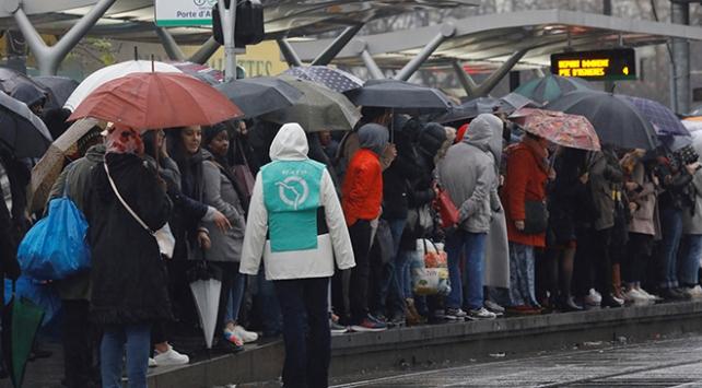 Okul yok, tren yok, Eyfel de yok: Fransa grevde