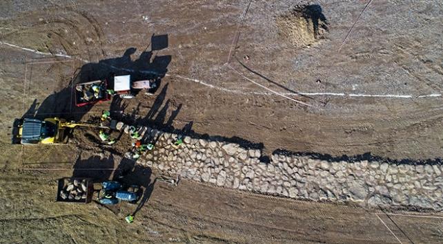 Otoyolla kesişen 2 bin 600 yıllık yol çelik köprüyle korundu