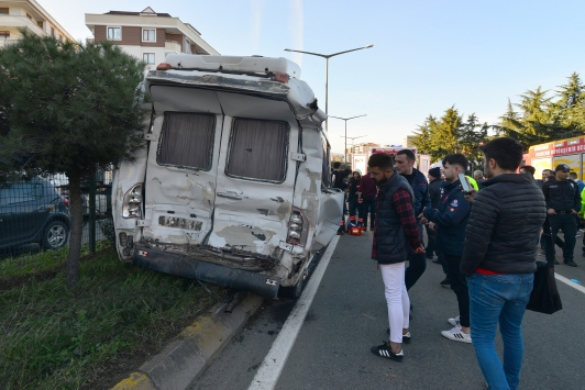 Trabzonda yolcu minibüsü ile tır çarpıştı