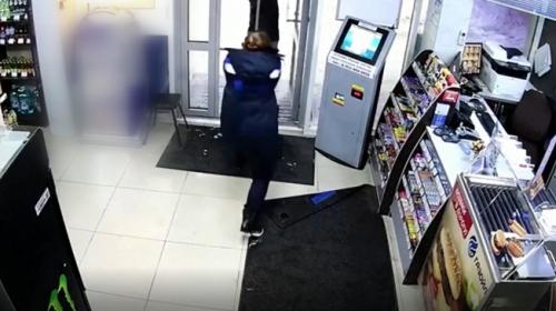 Rusya'da market çalışanı soyguncuyu paspas sopasıyla kovaladı