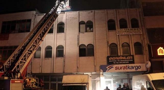 Yangında mahsur kalan iş yeri çalışanını itfaiye ekipleri kurtardı