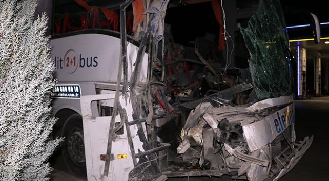 Yolcu otobüsü kamyonla çarpıştı: 1i ağır 10 yaralı