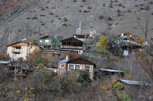 Kışın kimsenin yaşamadığı köylerinde 3 yıldır dönüşümlü nöbet tutuyorlar