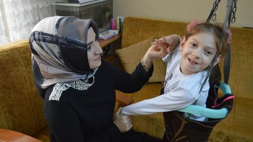 Serebral palsi hastası Nida derslerine evinde giriyor
