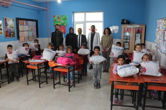 İstanbuldaki kız öğrencilerden Silopideki köy okulu öğrencilerine kışlık giysi yardımı
