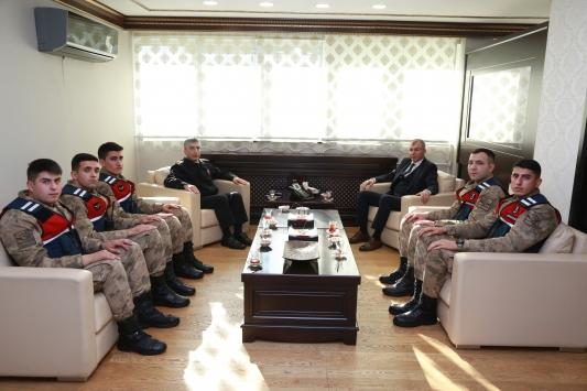 Artvin Valisi Yılmaz Doruk, jandarma personeline Başarı Belgesi verdi