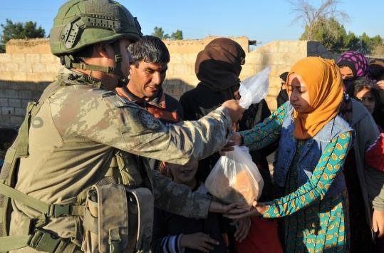 MSB: Mehmetçik ekmeğini Rasulayndaki köylülerle paylaştı
