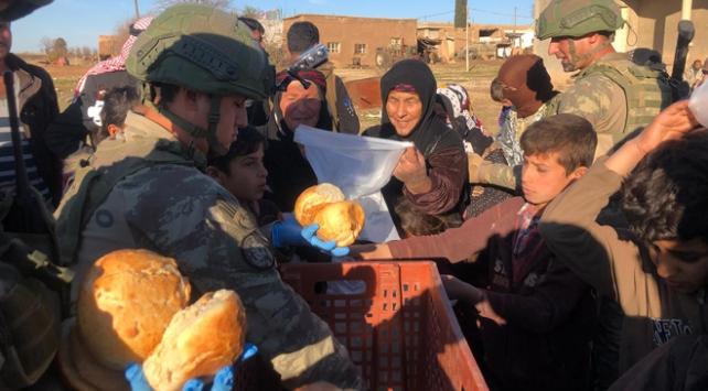 Mehmetçik ekmeğini Rasulayndaki köylülerle paylaştı