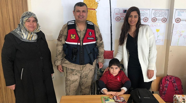 Jandarmadan Beşiktaş taraftarı engelli çocuğa imzalı forma sürprizi