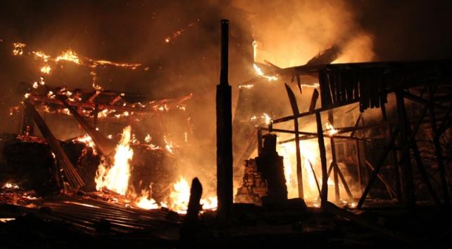 Erzurumda 10 ev çıkan yangında küle döndü