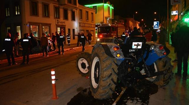 Balıkesirde otomobil ile traktör çarpıştı: 5 yaralı
